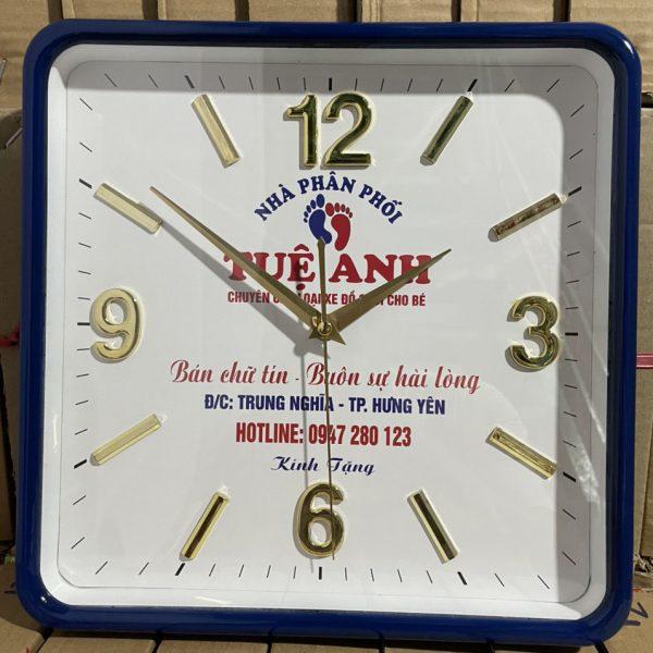 Đồng hồ treo tường vuông số nổi in logo – vati z6 (2)