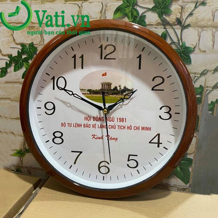 Đồng hồ treo tường in logo vành sơn giả gỗ đẹp 30x30cm - Vati