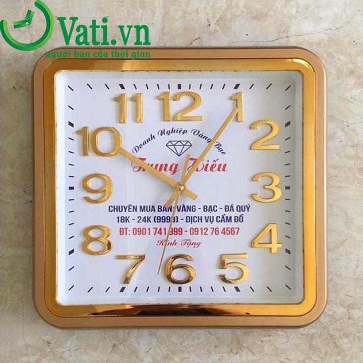 Đồng hồ treo tường in logo mẫu vuông mạ vàng 12 số - Vati