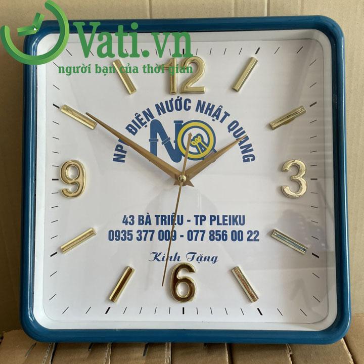 Đồng hồ treo tường in logo vuông số xi vàng